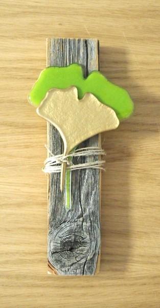 Ginkgoblatt auf Altholzbrett